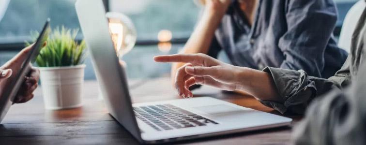 Buyer membri dell'ufficio acquisti creano nuove collaborazioni con fornitori tramite il portale Online Procurement